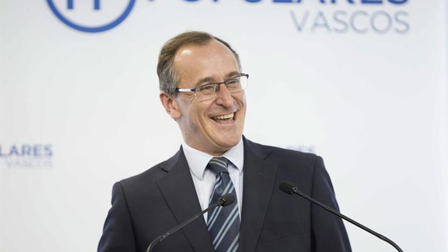 Alonso pide renovación profunda al PP que puede encarnar Sáenz de Santamaría
