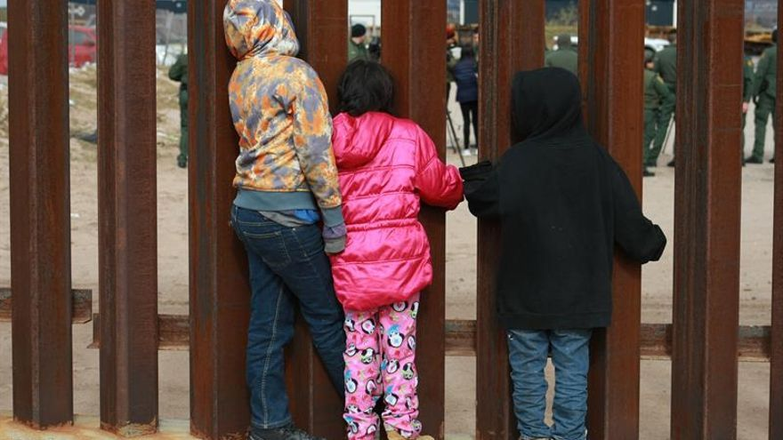 Más de 1.350 niños refugiados empujados de fronteras comunitarias, dice una ONG