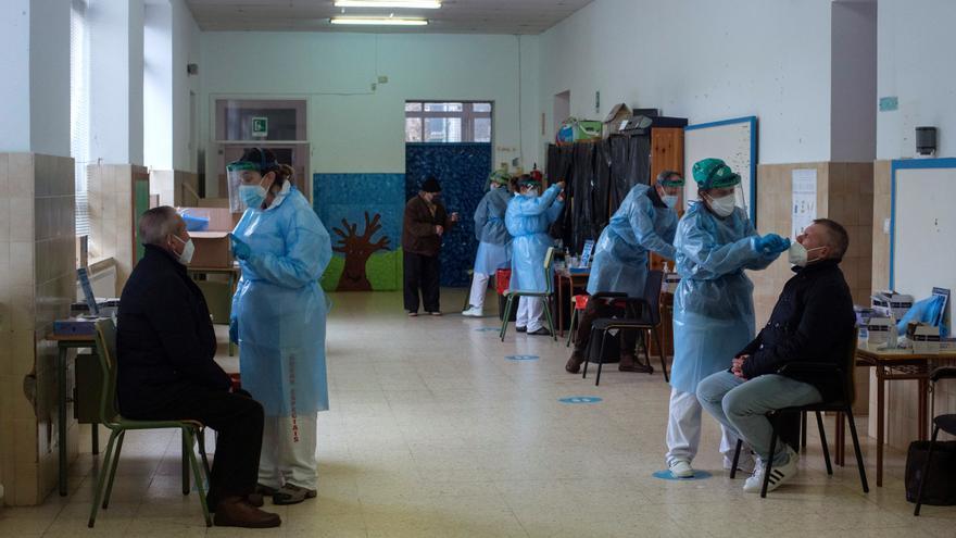 Nuevo récord con 1.888 casos en Galicia, que triplica en un mes el impacto de la covid