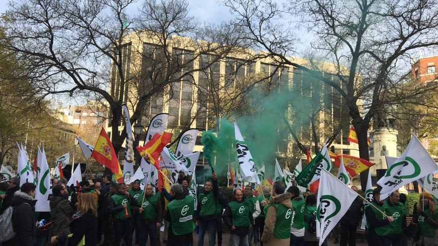 Delegados de CSIF se manifiestan frente a Función Pública para reivindicar la subida salarial de los empleados públicos