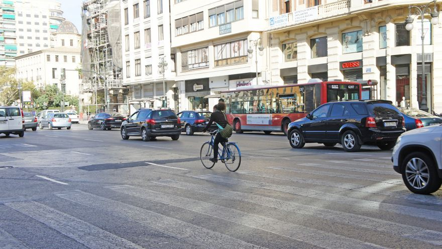 Tráfico en la calle Xàtiva de Valencia.