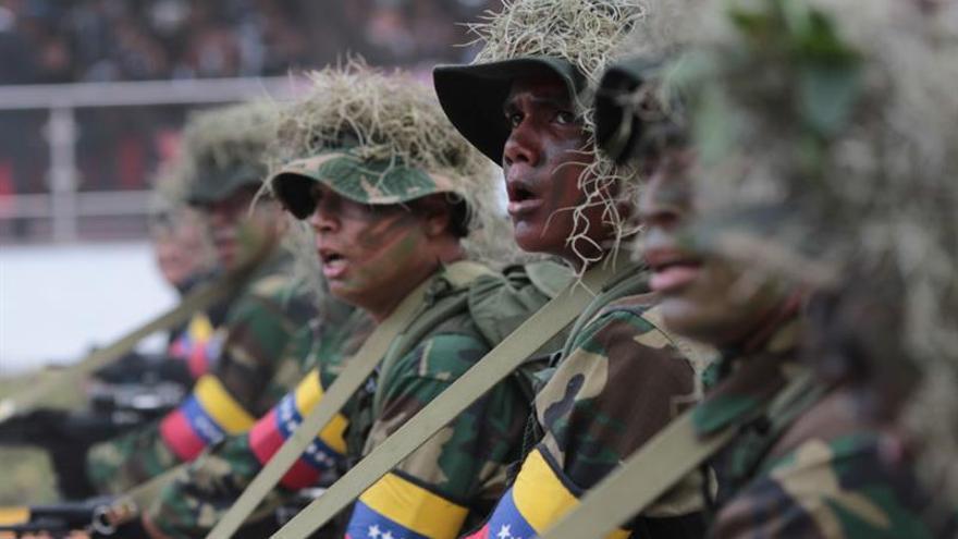 Fotografía cedida por la Agencia Venezolana de Noticias (AVN), de un desfile militar para conmemorar la independencia de Venezuela en 2017.