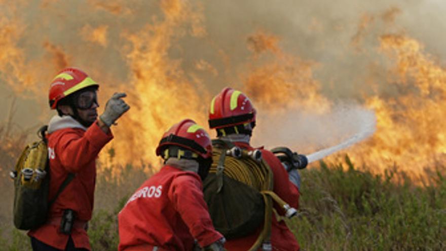 Bomberos portugueses luchan contra el fuego