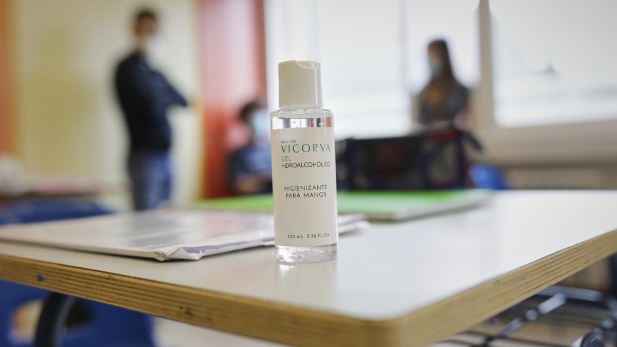 Gel hidroalcohólico en una de las mesas de un colegio