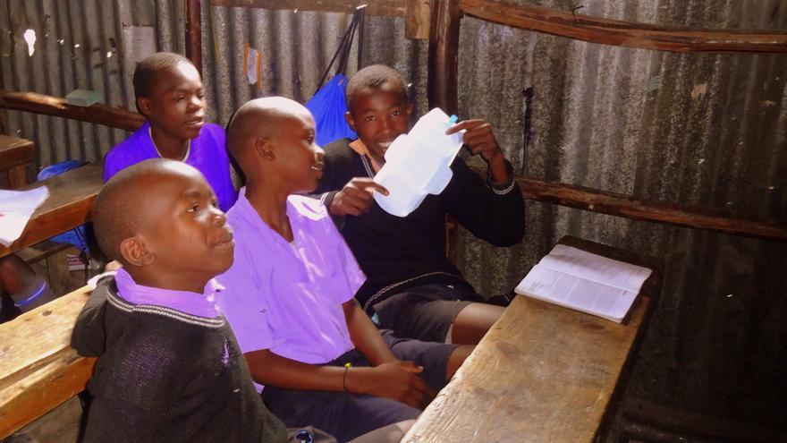 Niños conociendo los distintos métodos de higiene íntima en una escuela de Kenya / MenstrualHigieneDay.