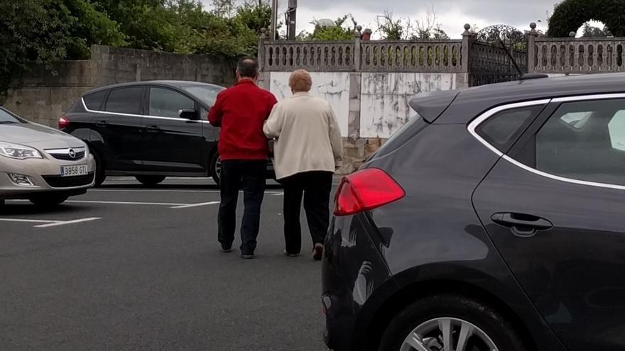 El alcalde de Cabanas, con una de las mujeres presuntamente 'carrexadas'
