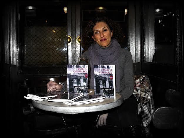 Natalia Manchado junto a su libro, en el café de Ruiz