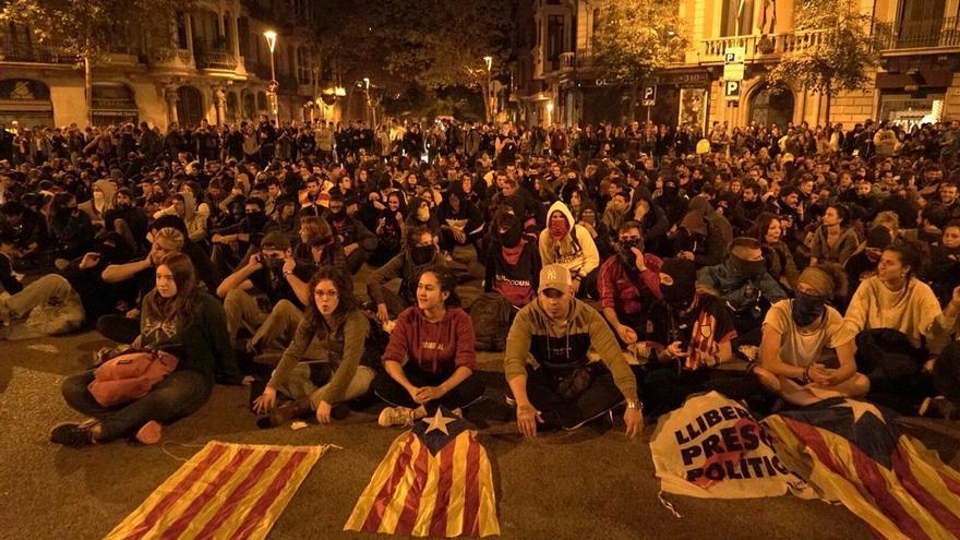 Unos 1.000 manifestantes se han sentado en el cruce de las calles València y Roger de Llúria