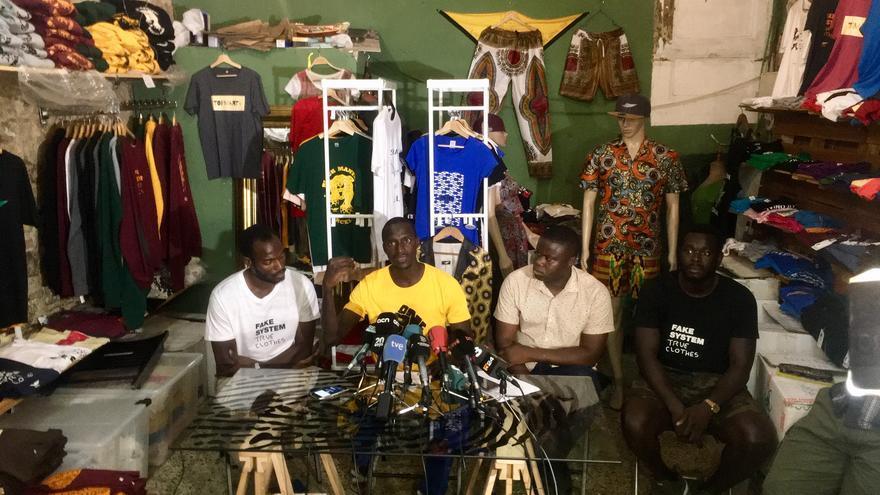 Los representantes de los manteros, durante la rueda de prensa de este viernes.