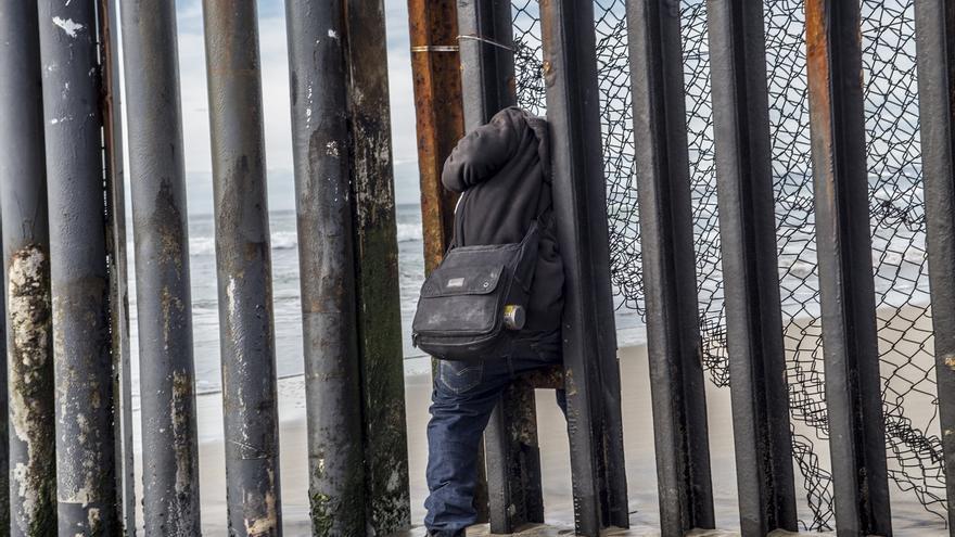 Un migrante hondureño prueba suerte y trata de cruzar la frontera escapando de la vigilancia de la patrulla fronteriza