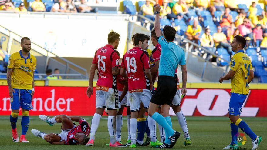 El árbitro muestra la roja directa a Marko Livaja en el partido entre la UD Las Palmas y el Deportivo Alavés disputado en el Estadio de Gran Canaria.