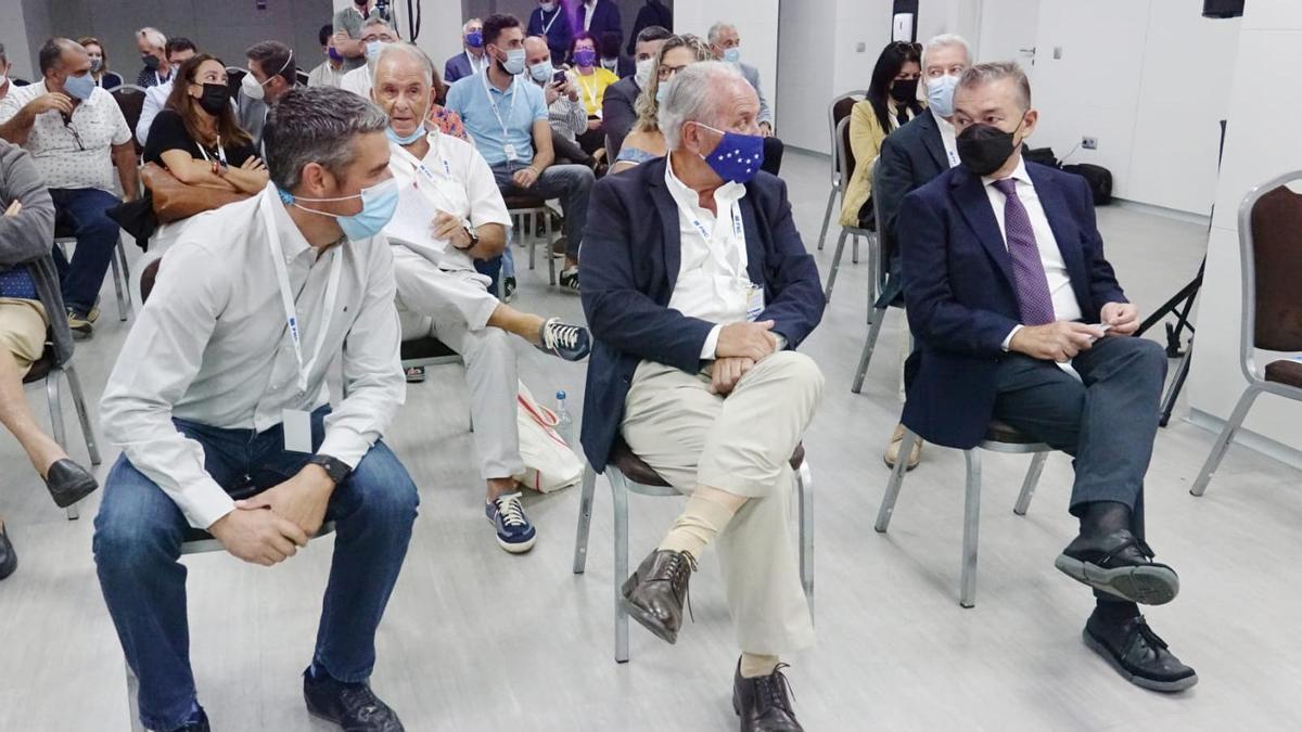De izquierda a derecha, Narvay Quintero, Juan Manuel García Ramos y Paulino Rivero, en la Convencioón del PNC