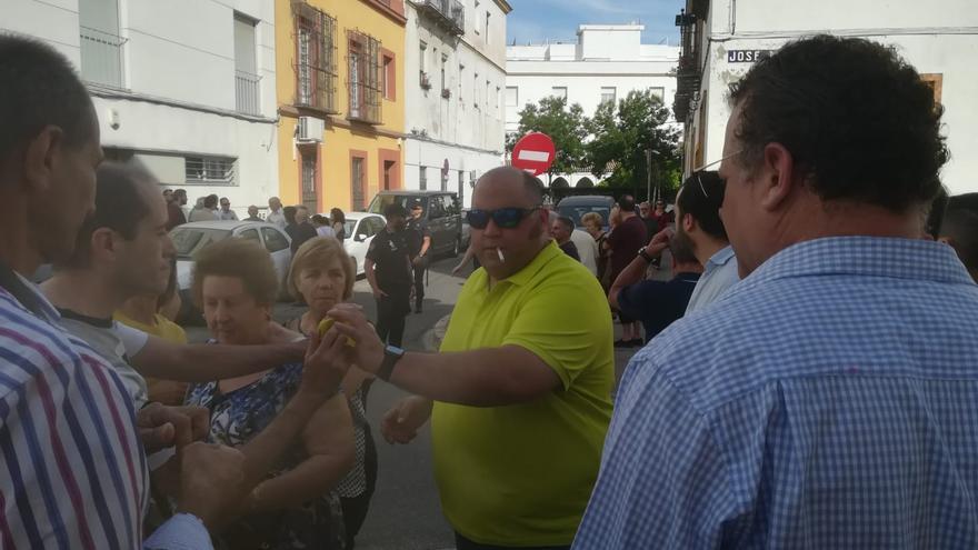 Coordinadores de barrio de Vox manifestándose contra el centro de acogida a menores extranjeros