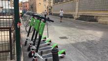 Varios patinetes eléctricos de alquiler en el entorno del Mercado Central de Valencia