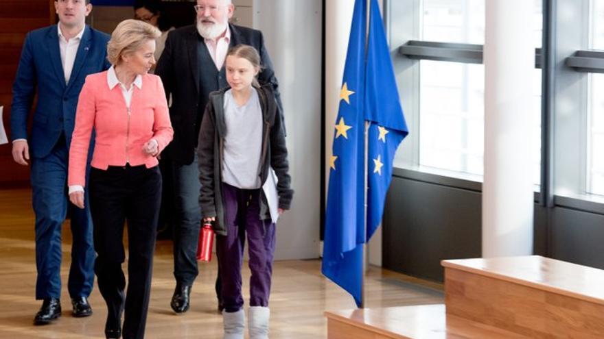 La activista por el clima Greta Thunberg, con la presidenta de la Comisión Europea, Ursula von der Leyen; el vicepresidente Frans Timmermans; y el comisario de Medio Ambiente, Virginijus Sinkevicius, el 4 de marzo en Bruselas.