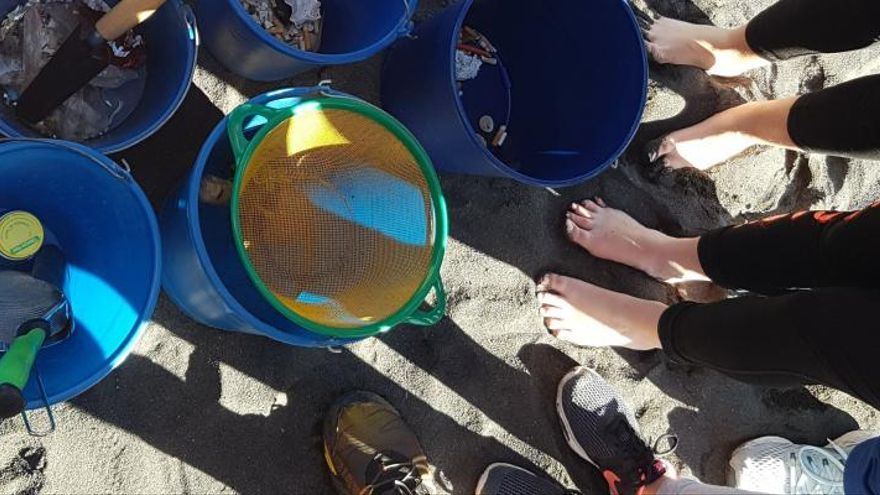 Estudiantes del  IES El Paso analizaron el contenido de plásticos en la arena de la playa de Los Cancajos.