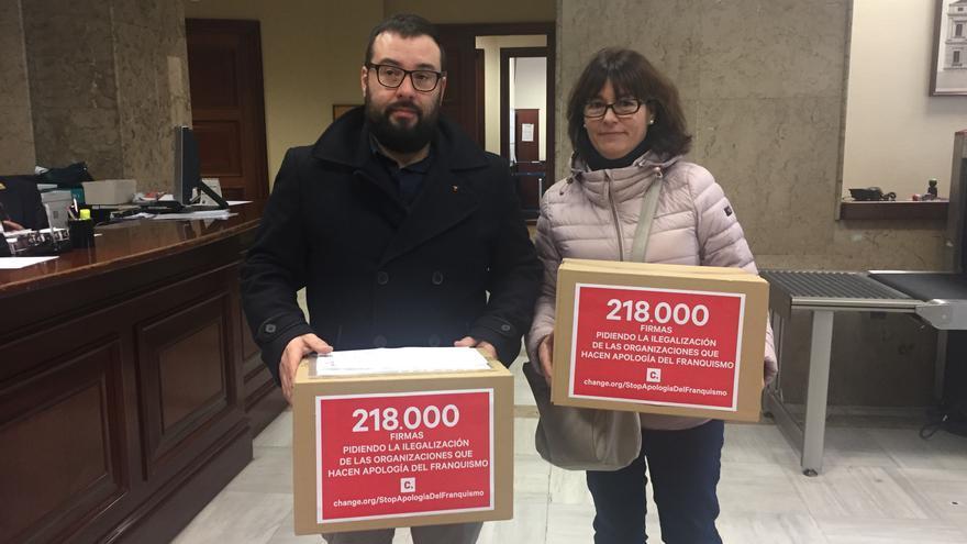 Representantes de la Asociación para la Recuperación de la Memoria Histórica entregan las firmas en el Congreso.