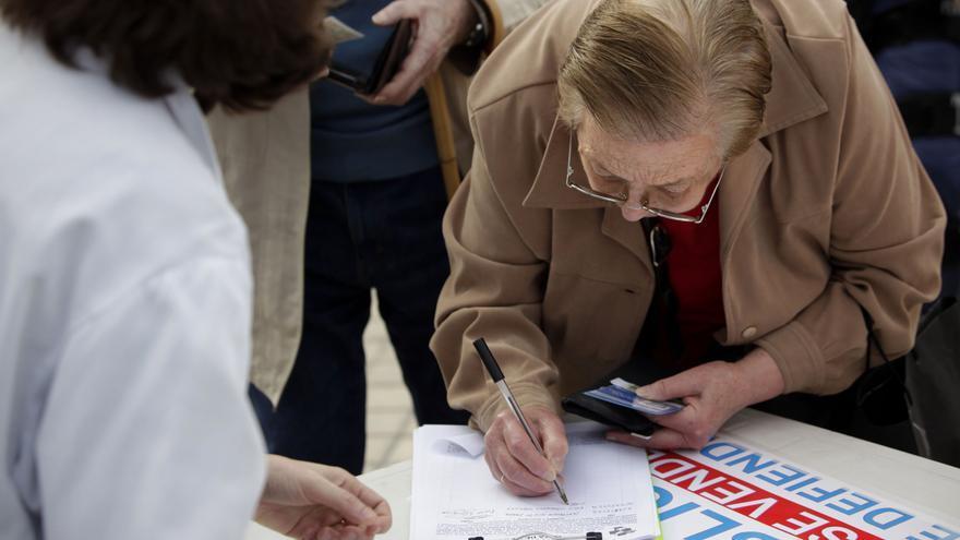 Recogida de firmas por la sanidad pública durante la huelga del 7 de mayo en Madrid. / Olmo Rodríguez