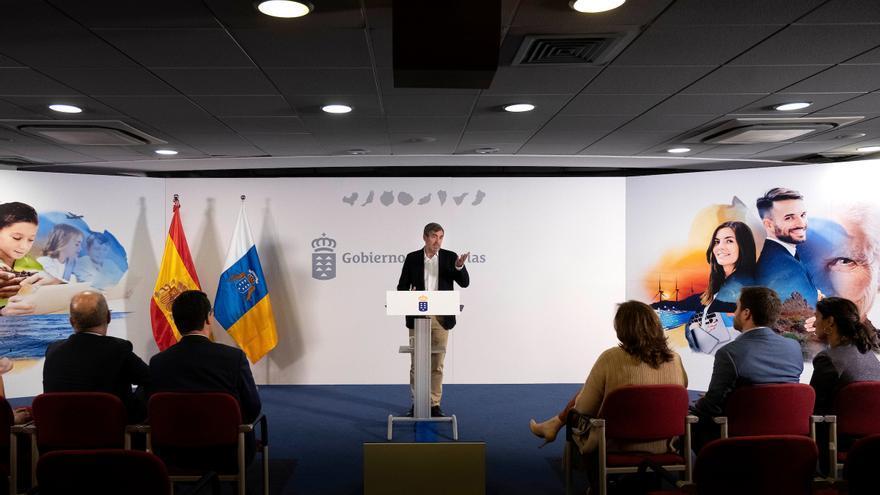 El presidente del Gobierno de Canarias, Fernando Clavijo, en la rueda de prensa que ofreció el lunes 6 de mayo tras el Consejo de Gobierno. EFE/Elvira Urquijo A.