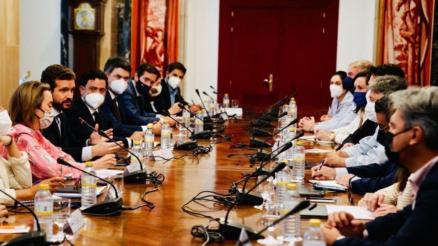 El líder del PP, Pablo Casado, y la portavoz del Grupo Popular en  el Congreso,  Cuca Gamarra, en una reunión con portavoces de comisión del Grupo Popular en la Cámara Baja. En Madrid, a 13 de julio de 2021.