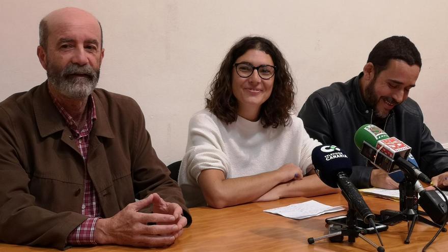 Santiago Pérez, de XTF-NC, y María José Roca y Rubens Ascanio, ambos de Unidos Se Puede, este lunes en La Laguna