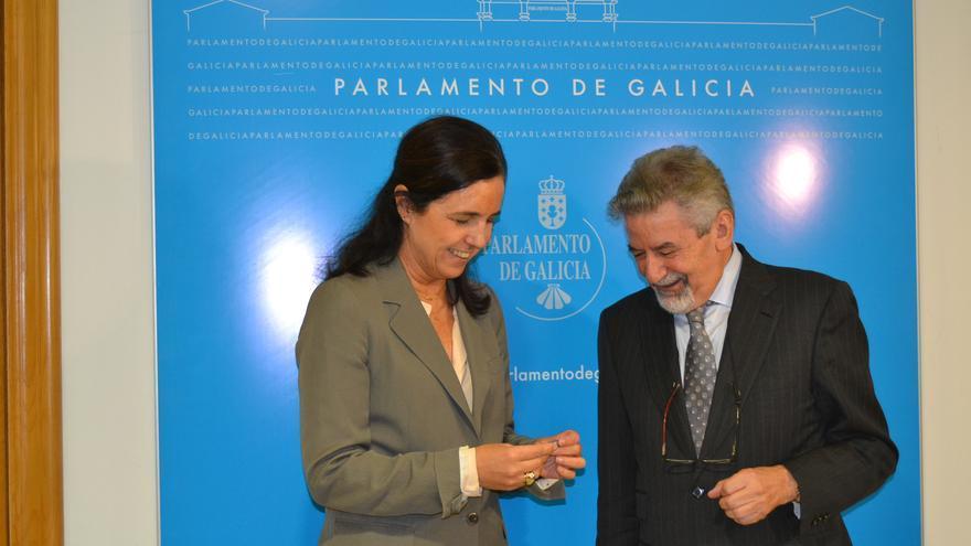 Palmou entrega los informes a la presidenta del Parlamento