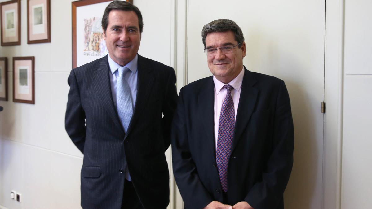 Imagen de archivo del presidente de la CEOE, Antonio Garamendi, con el ministro de Inclusión y Seguridad Social, José Luis Escrivá.