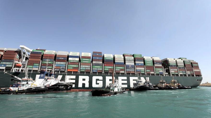Egipto intenta sin éxito reflotar el buque varado para desbloquear el canal de Suez