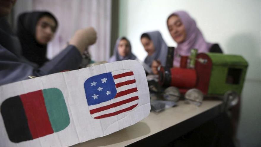 EEUU da marcha atrás y da visa a seis jóvenes afganas para ir a concurso