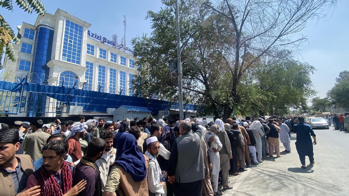 Gente hace fila para sacar dinero del banco en Kabul, el 1 de septiembre de 2021.