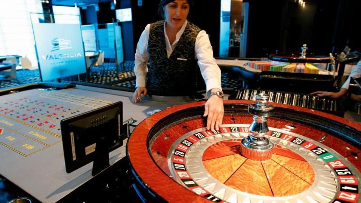 Una crupier prepara las ruletas del casino Cirsa de Valencia.