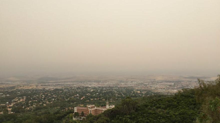 Imagen, desde el mirador de la Sierra, de la nube de polvo sahariano sobre Córdoba   @AtmosferaSur