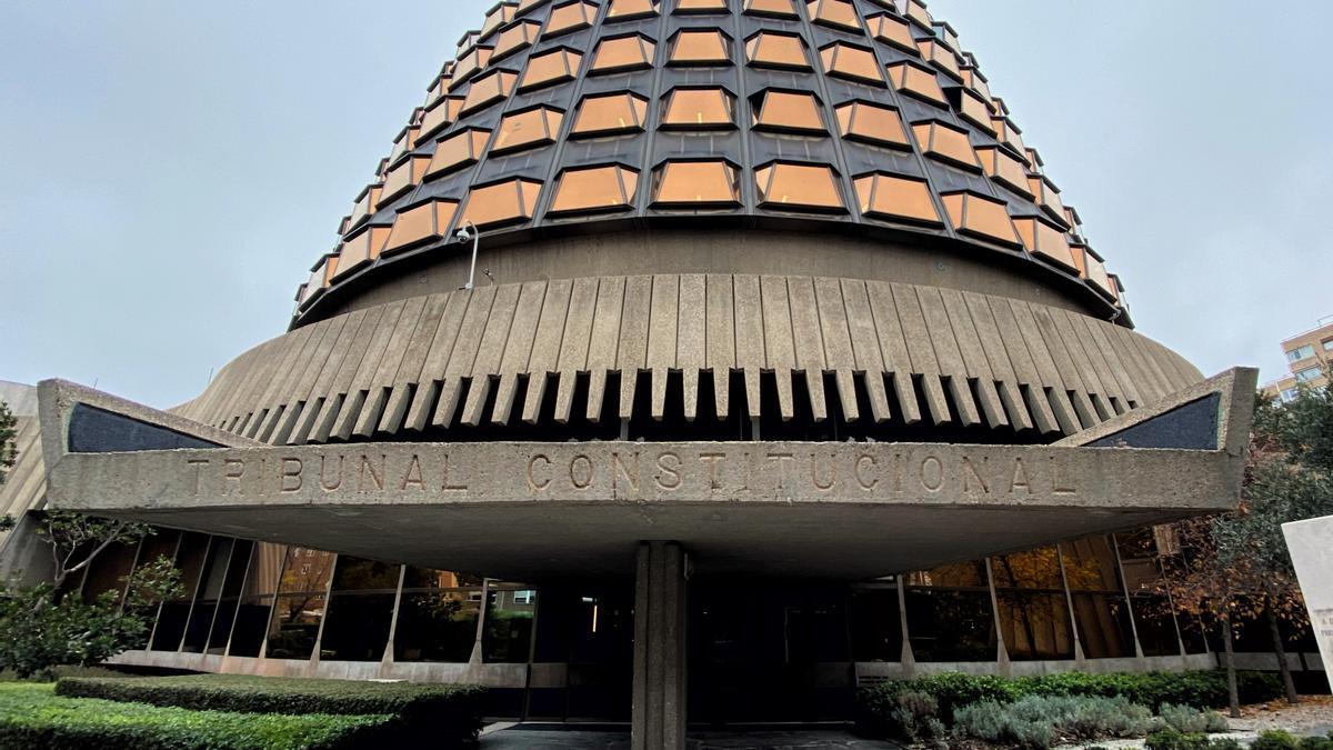 Fachada y entrada al edificio del Tribunal Constitucional de España.