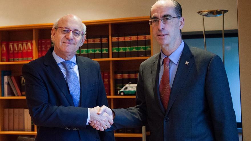 El fiscal jefe de Galicia con el conselleiro de Sanidad de la Xunta y exalcalde de Baiona, Jesús Vázquez Almuiña