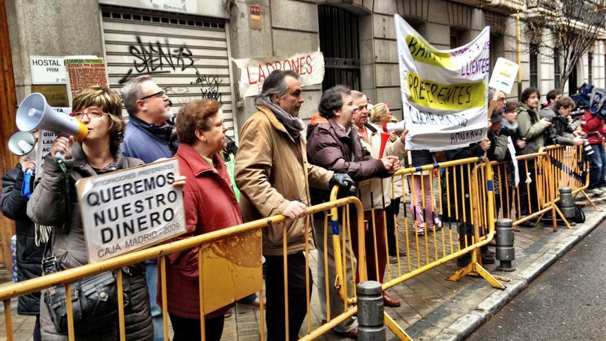 Concentración de clientes de Caja Madrid frente a la Audiencia Nacional durante la declaración de su vicepresidente, José Luis Olivas, este miércoles (Juan Luis Sánchez)