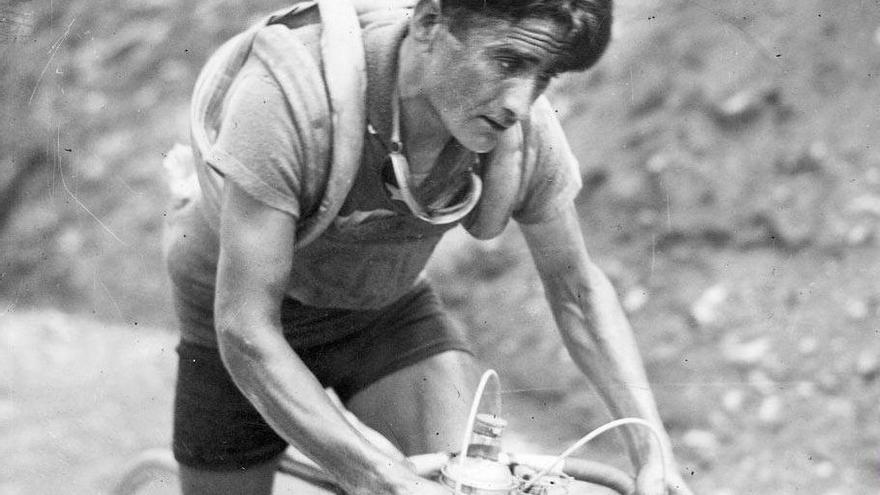 Retrato: Vicente Trueba nació en Sierrapando en 1905. Se forjó como ciclista en las pruebas amateurs que se disputaban en Cantabria durante los años veinte. El Tour de Francia lo encumbró, en 1933, como uno de los mejores ciclistas de la historia de España.