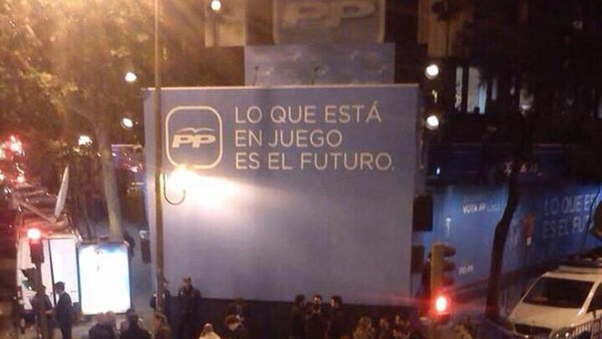 Escasos simpatizantes del PP en la sede del partido en Madrid