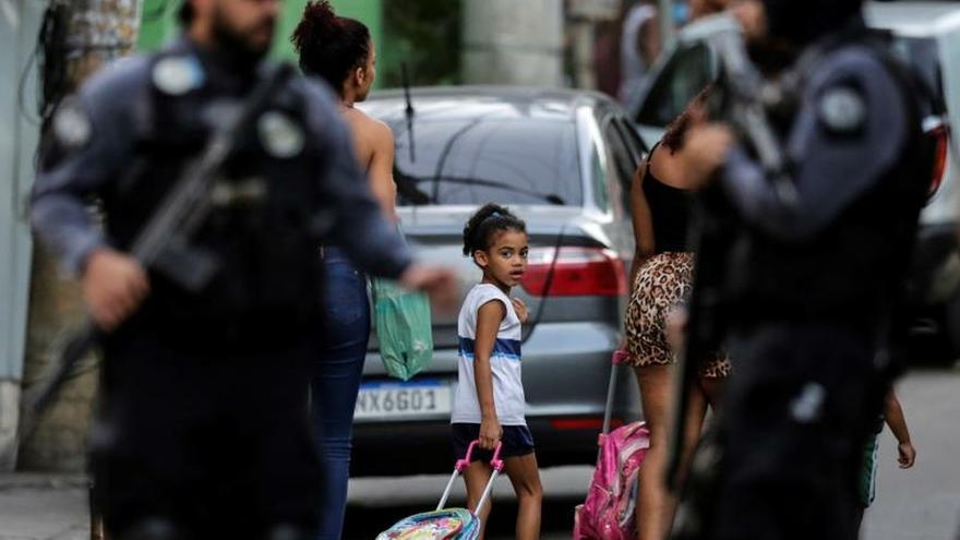 La Policía de Río de Janeiro se prepara este martes antes del comienzo de la reconstrucción de la muerte de la niña Agatha Félix, de 8 años, en Río de Janeiro (Brasil). Agatha murió por un disparo en la espalda durante una operación policial en una favela, suceso que generó una enorme conmoción en Brasil.