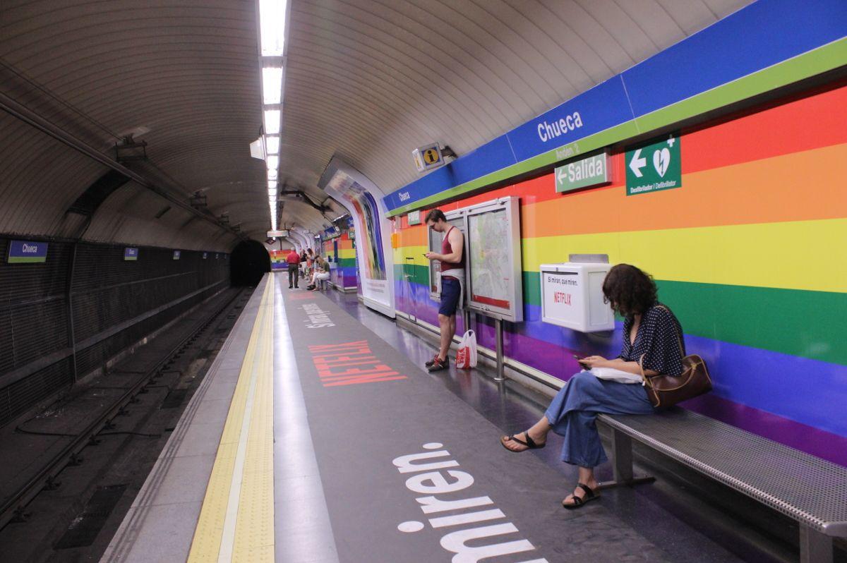 La bandera arcoíris regresa a la estación de Metro de Chueca con la nueva campaña publicitaria para el Orgullo | SOMOS CHUECA