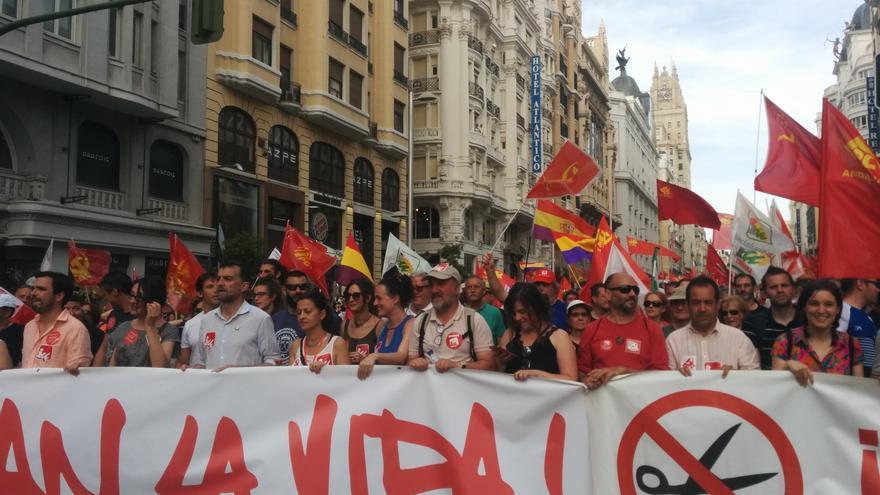 La pancarta de Izquierda Unida a su paso por Gran Vía