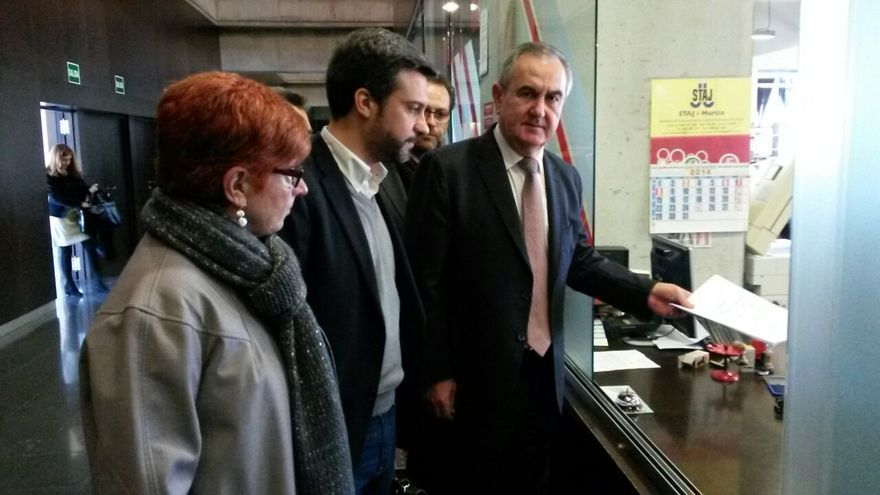 Begoña García Retegui, Joaquín López y Rafael González Tovar, presentando la querella