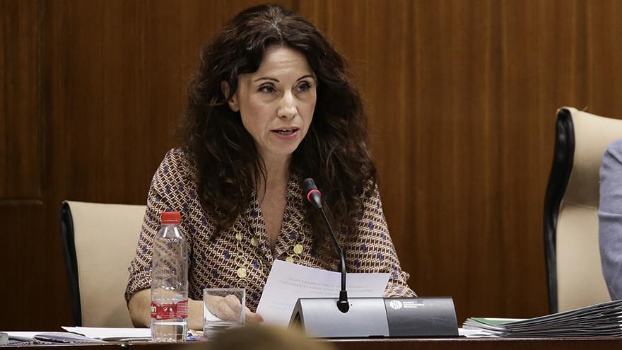 La consejera de Igualdad, Políticas Sociales y Conciliación, Rocío Ruiz, durante la comisión parlamentaria.