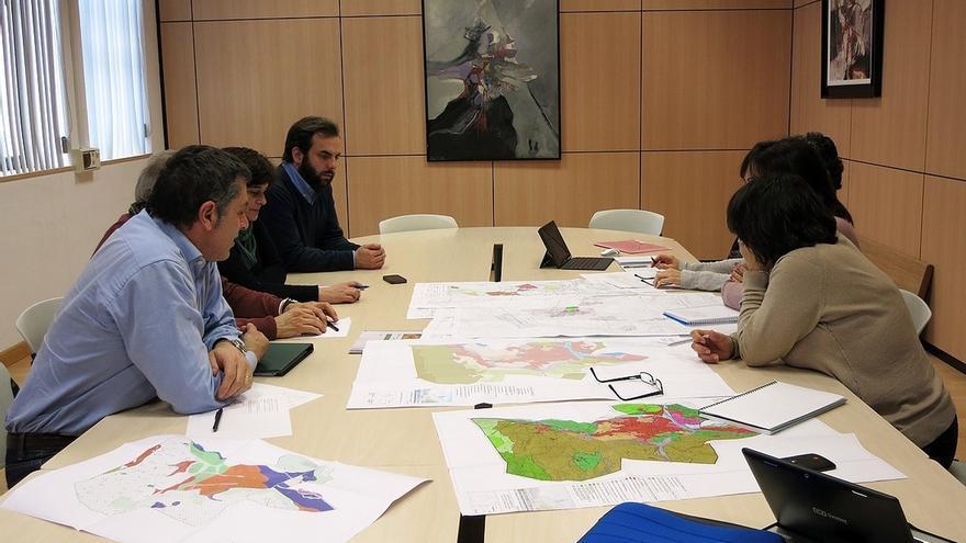 """Oyarbide dice que la revisión del PGOU dará solución al """"histórico problema"""" de Mies de Vega"""