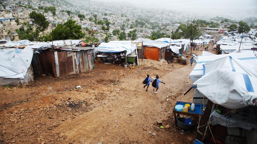 7 de julio de 2010. Seis meses después del terremoto, decenas de miles de personas vivían en campos de desplazados. Vista del campo de Tapis Rouge. Fotografía: Marta Navarro