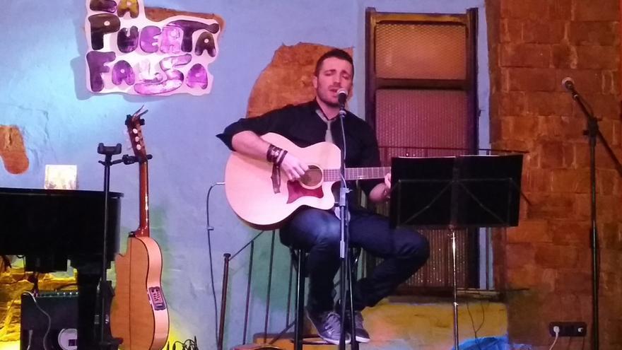 El cantautor Álex García, tocando en La Puerta Falsa de Murcia