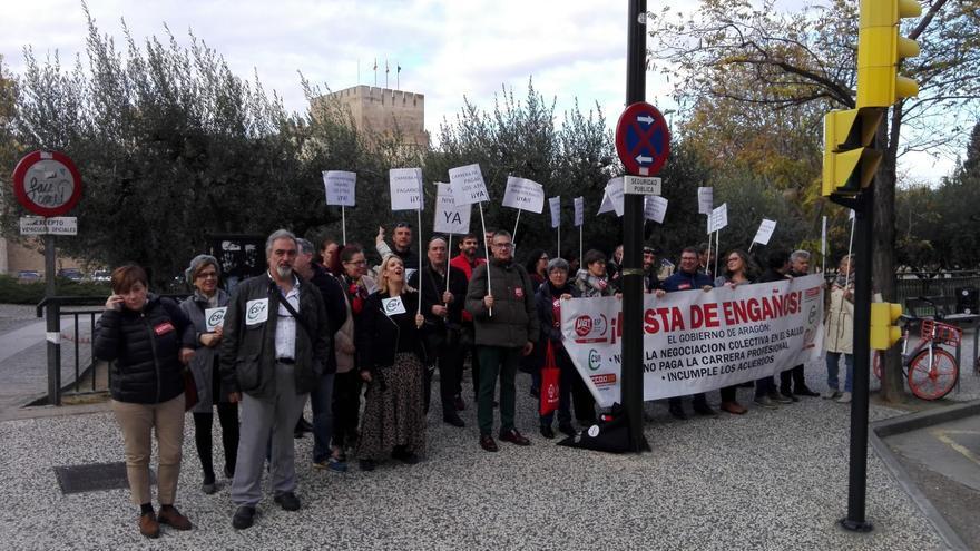 """Concentración de los sindicatos sanitarios este """"viernes negro"""" ante el Parlamento aragonés."""