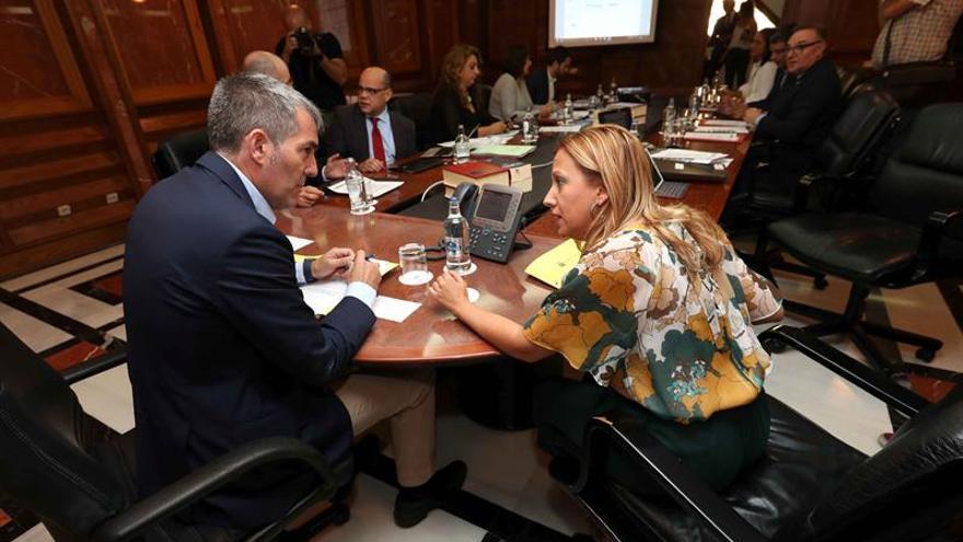 El presidente del Gobierno de Canarias, Fernando Clavijo (i), y la consejera de Hacienda, Rosa Dávila (d), durante un reunión del Consejo de Gobierno