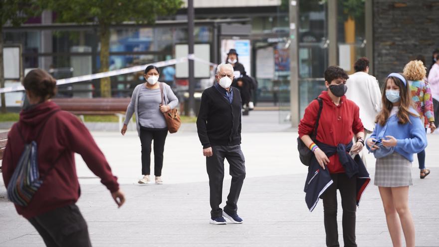 Archivo - Transeúntes pasean por calles de Santander con mascarilla