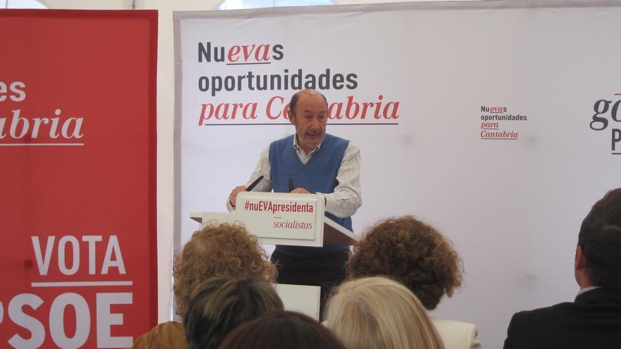 """Rubalcaba advierte a Rajoy que los ciudadanos le recordarán por tres palabras: """"deuda, precariedad y Bárcenas"""""""