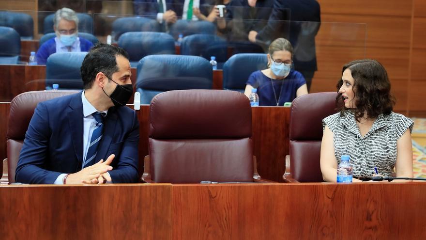 La presidenta de la Comunidad de Madrid, Isabel Díaz Ayuso (d) y su vicepresidente, Ignacio Aguado (i) a su llegada al pleno de la Asamblea de MadridI.